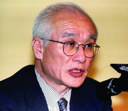 South Korea's Daewoo Group chairman Kim Woo-choong briefs the press in Seoul, South Korea March 26, 1998.